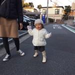 お客様の声:夏緒(なお)ちゃん (女の子)のお母さんからファーストシューズで歩く夏緒ちゃんの写真を送っていただきました